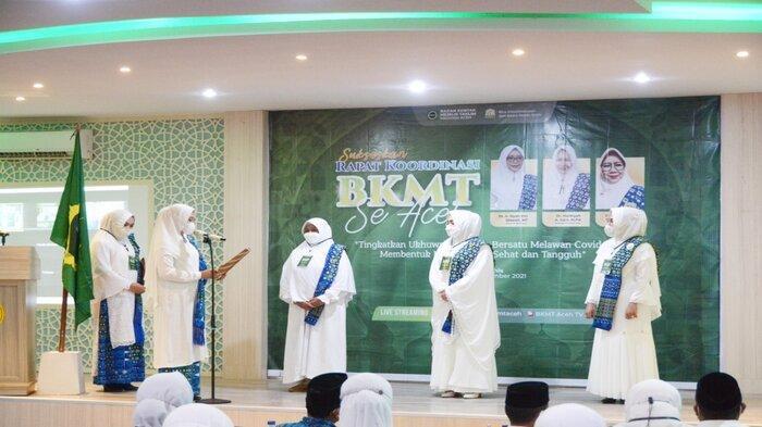 Ketua BKMT Aceh, Dyah Erti Idawati saat melantik Pengurus Daerah BKMT Kabupaten Aceh Utara, Aceh Timur, dan Aceh Barat pada Rakor BKMT se Aceh di Hotel Hanifi, Banda Aceh, Rabu (29/9/2021).