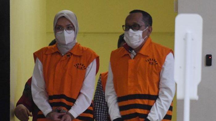 Jadi Tersangka Suap, Bupati Probolinggo dan Suaminya Ditahan KPK