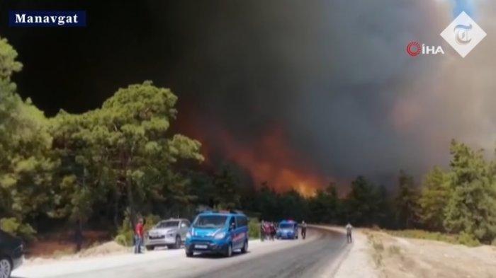 Terjadi serangkaian kebakaran hutan hebat di Mediterania Turki dan wilayah Aegean selatan hingga pemukiman penduduk di Kota Manavgat pada Kamis (29/7/2021). (The Telegraph)