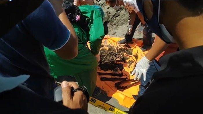 Proses evakuasi temuan kerangka manusia yang ditemukan di Pantai Parangkusumo, Bantul, Selasa (21/9/2021)