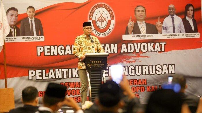 Gubernur Aceh, Nova Iriansyah, memberikan sambutan pada acara pelantikan Dewan Pimpinan Daerah (DPD) Kongres Advokat Indonesia (KAI) Aceh, periode 2021-2025 di Hermes Palace Hotel Banda Aceh, Sabtu (25/9/2021)