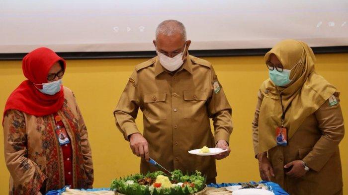 Sekretaris Daerah Aceh, dr Taqwallah, M.Kes, didampingi Plt Direktur RSUDZA, Dr. dr. Endang Mutiawati, Sp. S(K), memotong tumpeng sekaligus memberi sambutan dalam rangka Tasyakuran Hari Jadi RSUD dr. Zanoel Abidin ke-42, di Auditorium RSUDZA, Senin (22/2/2021).