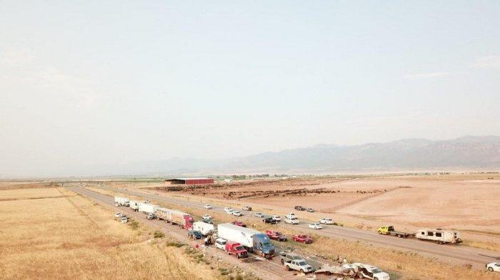 Dalam foto yang diambil oleh Patroli Jalan Raya Utah pada 25 Juli 2021, mobil dan truk terlihat setelah kecelakaan di Interstae 15 di Millard County, Utah. (Handout / Utah Highway Patrol / AFP)