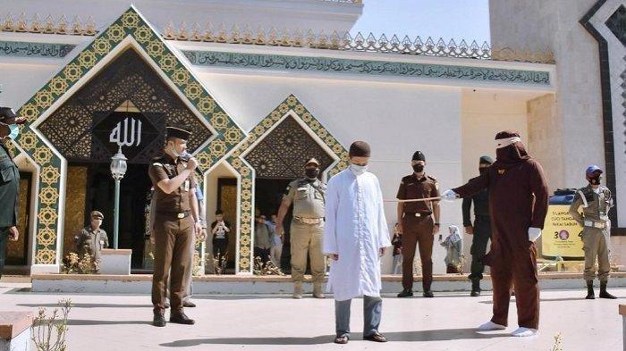 Pelanggar Syariat Islam di Sabang Dicambuk 18 Kali