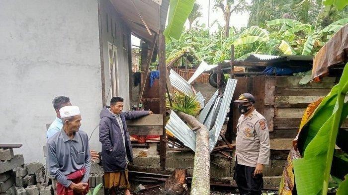 Angin Kencang, Puluhan Rumah Tertimpa Pohon di Abdya
