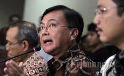 Deputi Bidang Penindakan Badan Narkotika Nasional, Inspektur Jenderal Benny Mamoto (tengah) memberikan keterangan pers hasil penetapan status Raffi Ahmad bersama tujuh orang lainnya yang diperiksa BNN di Kantor Badan Narkotika Nasional, Jakarta, Jumat (1/2/2013). Raffi Ahmad ditahan dan ditetapkan sebagai tersangka karena terbukti mengonsumsi 3,4-MDMC dan kepemilikan narkoba.