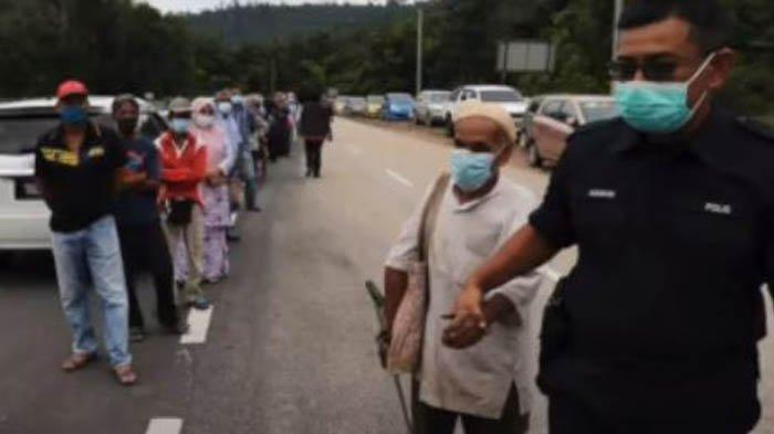 Demi Mendapatkan Suntikan Vaksin Covid-19, Seorang Kakek Buta Rela Berjalan kaki 35 Km