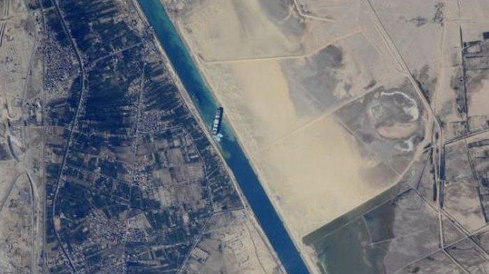 Bulan Purnama Bantu Bebaskan Kapal Raksasa di Terusan Suez