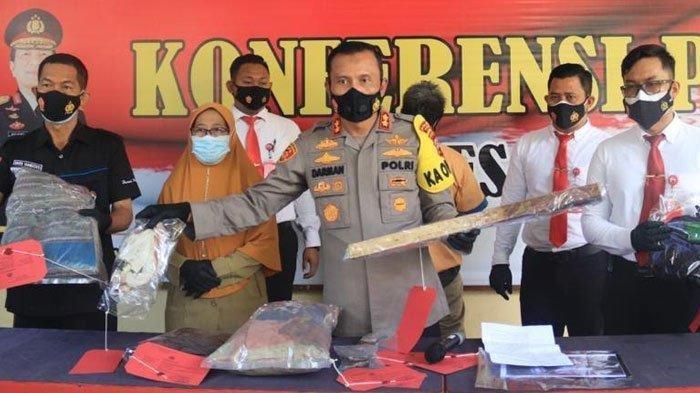 Kapolres Tuban, AKBP Darman saat memimpin ungkap kasus pembunuhan di Desa Tambakrejo, Kecamatan Rengel. Pelaku mengaku terpengaruh bisikan gaib hingga tega pukul tetangganya hingga tewas.