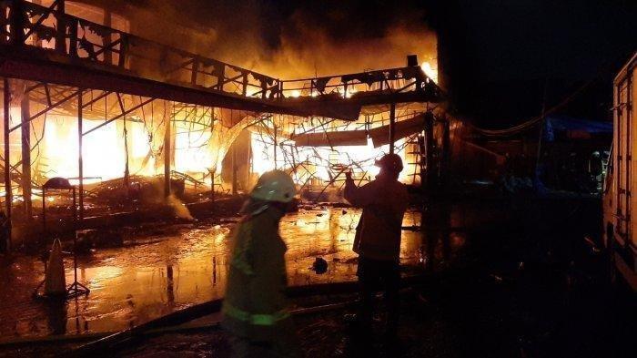 Kebakaran hebat melanda bangunan Cahaya Swalayan di kawasan Cilandak KKO, Pasar Minggu, Jakarta Selatan, Selasa (21/9/2021) malam.