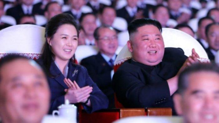 Untuk Pertama Kalinya Dalam Empat Bulan, Kim Jong Un Tampilkan Sang Istri di Media Pemerintah