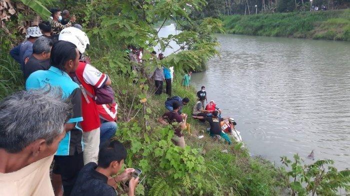 Evakuasi jasad korban tanpa identitas yang mengambang di Sungai Serang, Bendungan Kidul, Water, Kabupaten Kulon Progo, Minggu (19/9/2021)