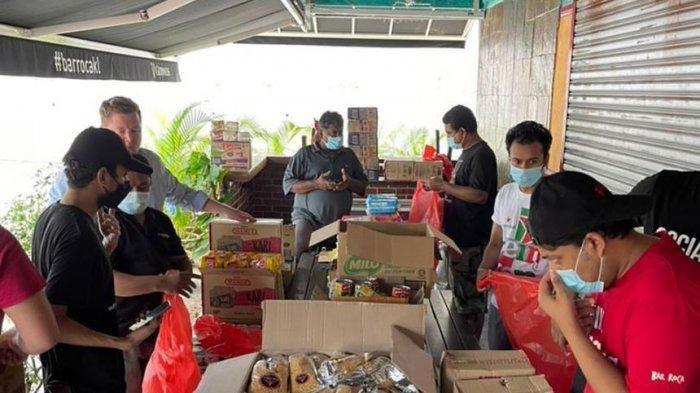 Staf dan sukarelawan Bar Roca memilah kebutuhan pokok dan bahan makanan untuk keluarga yang membutuhkan di tengah lockdown di Malaysia (PHOTO: ANNIE MATTHEWS JACKS/ The Straits Times)