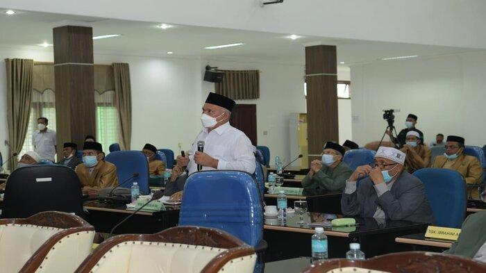 Sekretaris Daerah Aceh, dr. Taqwallah M.Kes., memberikan pemaparan mengenai bahaya penyebaran covid-19, kepada para ulama dan anggota MPU Aceh pada Sidang Paripurna ke V Tahun 2021 MPU Aceh, di Aula Sekretariat MPU Aceh, Aceh Besar, Rabu (29/9/2021).