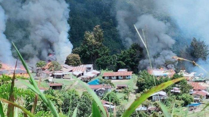 KKB Lamek Taplo  bakar bangunan di Distrik Kiwirok, Kabupaten Pegunungan Bintang, Papua, Senin (13/9/2021). Terjadi baku tembak dengan apoarat TNI