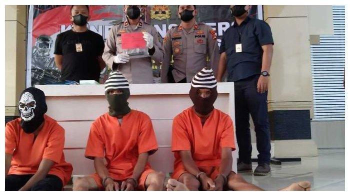 Tiga pelaku pembunuhan seorang wanita di Musi Banyuasin, Sumatera Selatan ditangkap petugas setelah sebelumnya sempat buron. Mereka diketahui membunuh Roani lantaran sakit hati ajakan untuk menikah ditolak, Minggu (11/7/2021). (Kompas.com/Istimewa)