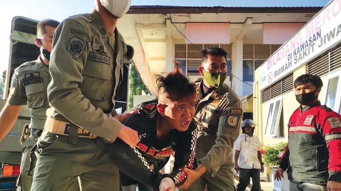 Pemuda Diduga Gangguan Jiwa Serang Petugas Satpol PP