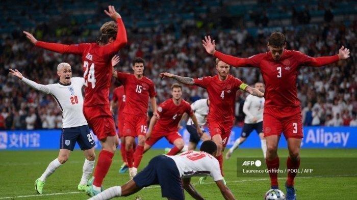 Pemain depan Inggris Raheem Sterling (tengah) jatuh ke tanah yang berujung pada pemberian penalti pada pertandingan sepak bola semifinal UEFA EURO 2020 antara Inggris dan Denmark di Stadion Wembley di London pada 7 Juli 2021.