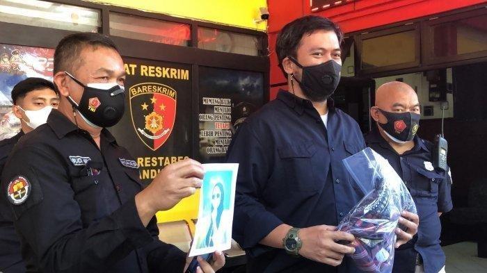 Kasatreskrim Polrestabes Bandung, AKBP Adanan Mangopang (kanan) menunjuka barang bukti, saat ungkap kasus di Mapolrestabes Bandung, Jalan Jawa, Selasa (6/7/2021). Tribun Jabar / Nazmi Abdulrahman (Tribun Jabar / Nazmi Abdulrahman)