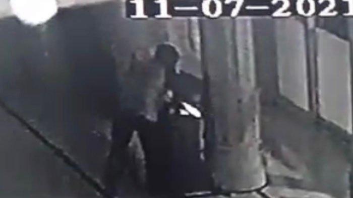 CCTV Merekem Seorang Beraksi Mencuri Kotak Amal di Masjid