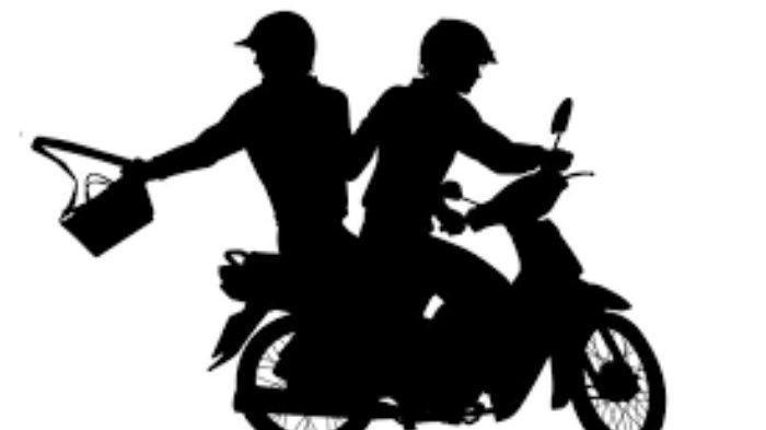USAI JAMBRET PONSEL, DUA PELAKU TINGGALKAN SEPEDA MOTOR LALU TERJUN KE SUNGAI
