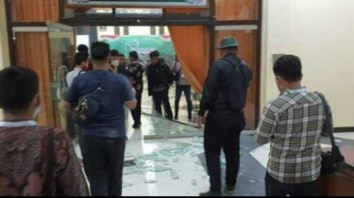 Kongres HMI Ricuh, Kursi Berantakan, Kaca Pintu Pecah
