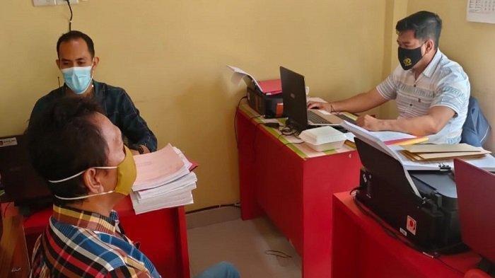 Novi Supentri (48) yang merupakan warga Jalan Tanggamus Kelurahan Muaradua Kecamatan Prabumulih Timur Kota Prabumulih saat diamankan di Satreskrim Polres Prabumulih, Selasa (21/9/2021).