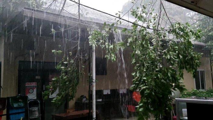 angin puting beliung di Kota Depok, Selasa (21/9/2021)