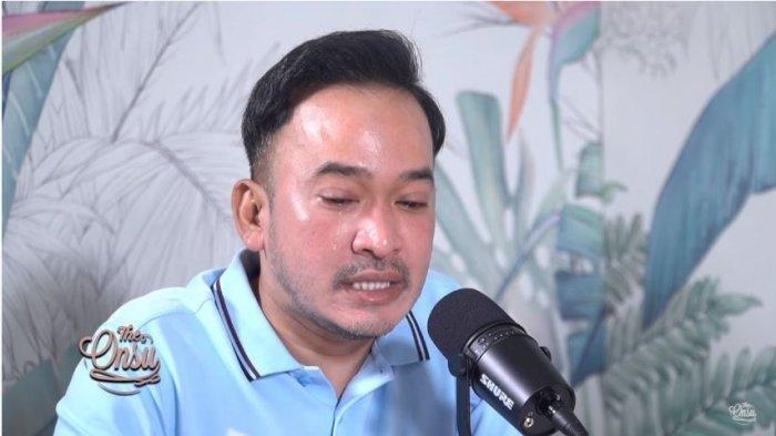 Ruben Onsu menangis saat membacakan surat untuk anak asuhnya, Betrand Peto, Kamis (22/4/2021). (Capture YouTube The Onsu Family)