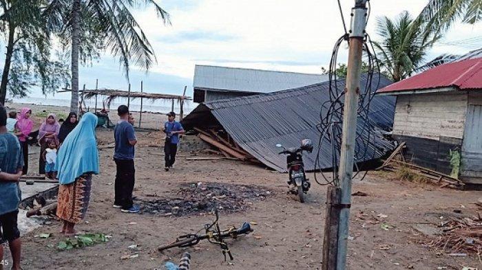 Rumah Ambruk Diterjang Badai, Nazaruddin dan Keluarga Nginap di Rumah Famili