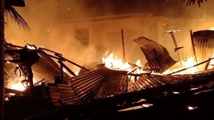 Dua Rumah Penjual Nasi Goreng Terbakar