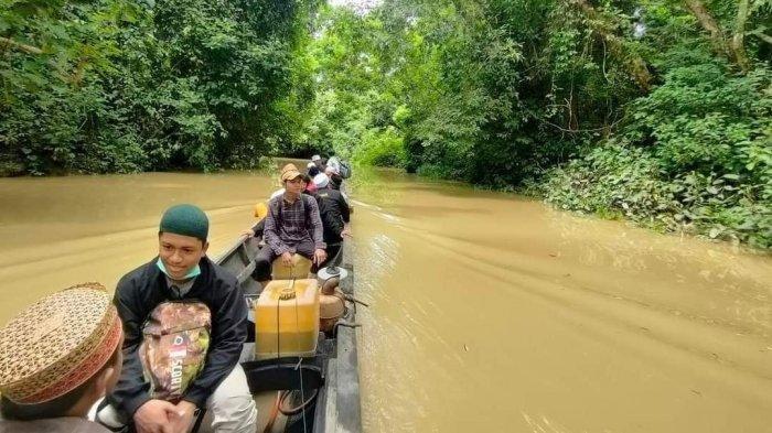 Demi Mengajarkan Ilmu Agama ke Pedalaman, Santri Aceh Utara Arungi Sungai Selama Satu Jam