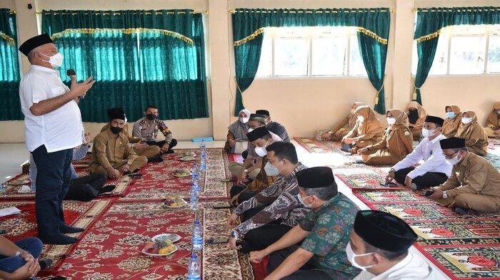Sekretaris Daerah Aceh, dr. Taqwallah, M. Kes didampingi Sekdako Lhokseumawe, T. Adnan, SE, dan Kadis Pendidikan Aceh, Drs. Alhudri, MM memberikan arahan kepada para tenaga kependidikan usai mengikuti zikir dan doa bersama yang digelar Pemerintah Aceh secara virtual di SMA Negeri 1 Lhokseumawe, Selasa, (21/9/2021).