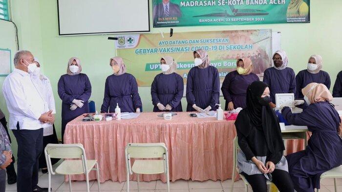 Sekretaris Daerah Aceh, dr. Taqwallah, M. Kes memberikan arahan dan motivasi kepada para petugas saat meninjau pelaksanaan vaksinasi usia sekolah di MTsN 3 Banda Aceh, Rabu, (29/9/2021)