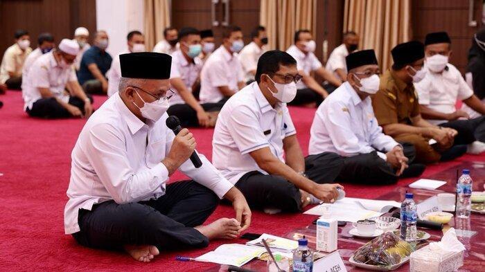 Sekretaris Daerah Aceh, dr. Taqwallah, M. Kes, didampingi Kadis Pendidikan Aceh, Drs.Alhudri, MM, memberikan arahan usai mengikuti zikir dan doa bersama memohon dijauhkan dari wabah dan bencana Covid-19 yang diikuti oleh seluruh ASN Pemerintah Aceh secara virtual, di Aula Disdik Aceh, Banda Aceh, Rabu (29/9/2021)