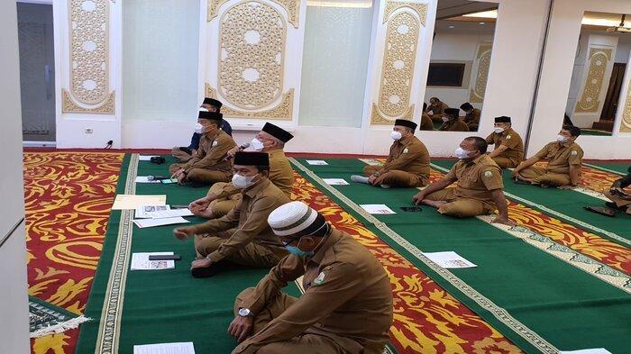 Sekretaris Daerah Aceh, dr. Taqwallah, M. Kes, didampingi para Asisten, Staf Ahli Gubernur dan Kepala SKPA, memberikan arahan usai mengikuti zikir dan doa bersama memohon dijauhkan dari wabah dan bencana Covid-19 yang diikuti oleh seluruh ASN Pemerintah Aceh secara virtual, di Ruang Potensi Daerah, Banda Aceh, Selasa (28/9/2021).