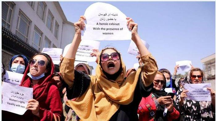 Taliban Cambuk Perempuan yang Protes Pemerintah Baru