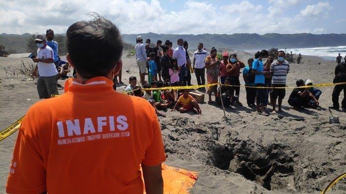 Proses evakuasi temuan kerangka manusia di Pantai Parangkusumo, Selasa (21/9/2021).