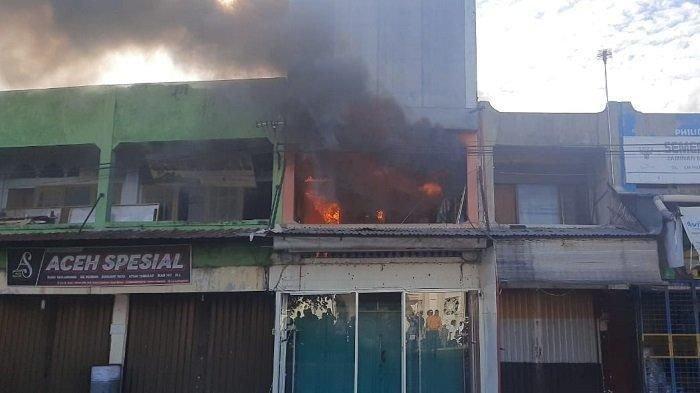 Toko Baju dan Rumah Makan Terbakar di Pasar Lambaro, Pemilik Terpaksa Lompat dari Lantai 2