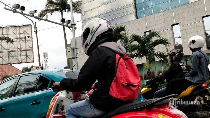 Kendaraan bermotor melintas di bawah kamera tilang elektronik atau ETLE (Electronic Traffic Law Enforcement)