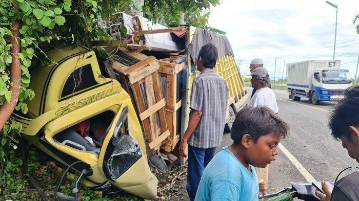 Elak Minibus, Truk Berisi Kaca Kecelakaan di Padang Tiji