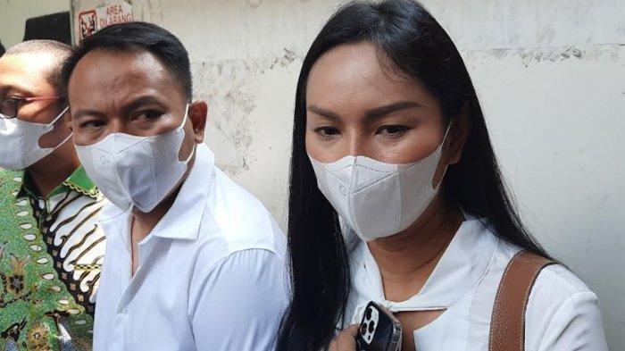 Divonis 4 Bulan Penjara, Kalina Oktarani Peluk Erat Vicky Prasetyo