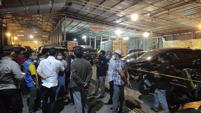 Temuan mayat perempuan dalam bagasi mobil yang diparkir di bengkel Jalan Raden Kan'an RT 7/4, Kelurahan Tanah Baru, Kecamatan Bogor Utara, Kota Bogor, Selasa (6/7/2021). (TribunnewsBogor.com/Lingga Arvian Nugroho)