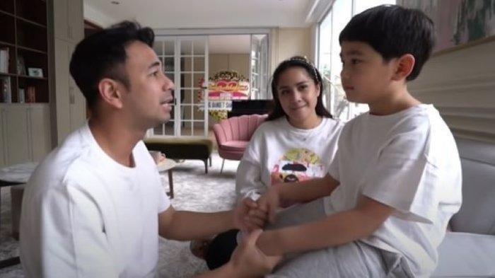 Raffi Ahmad menyampaikan pesan kepada Rafathar Malik Ahmad, anak sulungnya, disaksikan Nagita Slavina, Jumat (4/6/2021). Rafathar siap menjadi kakak untuk adik laki-laki yang ada di kandungan ibunya itu. (dok pribadi 349)