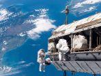 astronaut-saat-berada-di-luar-angkasa.jpg