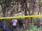 petugas-kepolisian-saat-mengevakuasi-mayat-mr-x-di-kawasan-hutan-turut-desa-sumberejo.jpg