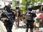 polisi-bersenjata-lengkap-mengamankan-area-pelaku-bom-bunuh-diri-gereja-katedral.jpg