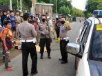 polisi-mengevakuasi-jenazah-korban-tabrak-lari-di-jalan-nasional-medan-banda-aceh.jpg