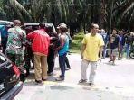 warga-sedang-membantu-mengangkat-korban-ke-dalam-ambulance-untuk-dibawa-ke-rsud-aceh-tamiang.jpg