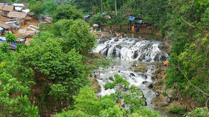 Air terjun Rayap terbentang di Desa Panton Rayeuk Sa, Kecamatan Kuta Makmur, serta Desa Alue Papuen, Kecamatan Nisam Antara.